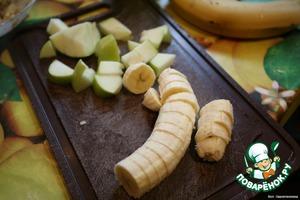 Нарезать банан и яблоко. (Груш и киви в наличии не было, но с ними было бы лучше)