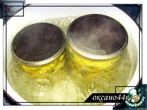 Spread along the banks, pour the marinade and sterilize 15 min. after the water boils.