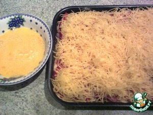 Sprinkle with grated cheese. Beat the eggs and pour them a cake.