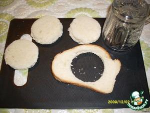 Из батона (или черного хлеба) стаканом вырезать кружочки.
