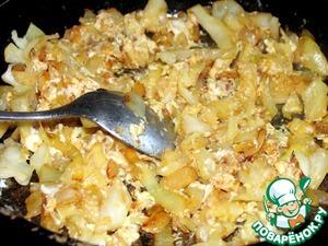 Начинка - обжарила капусту и лук на подсолнечном масле. Сюда же добавила сырые яйца.