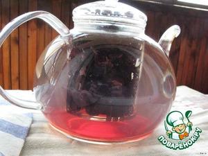 Промытый изюм положить в заварочный чайник и залить кипятком. Сахар добавлять не надо - см. следующее фото.