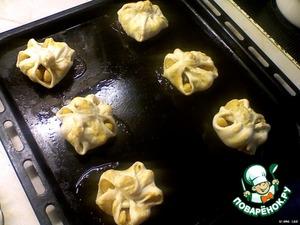 Противень смазать маргарином, положить на него слойки и выпекать в предварительно нагретой духовке до 220 градусов около 20 минут.