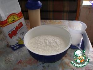 Дрожжи, сахар и соль растворить в теплой воде. Муку( приблизительно 1,6 кг) просеять.