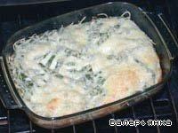 Разогреть духовку до 180 С и запекать до появления золотистой корочки (примерно 15 минут).    Запеканку подавать горячей.    На тарелку налить небольшой слой кетчупа и выложить запеканку. По желанию украсить томатом и зеленью.