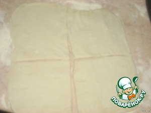 Слоеное тесто раскатать в квадрат и разрезать на 4 части (квадрата)