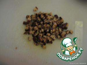 Добавляем рубленные грибы (вот тут особенность, в отличие от соленых, маринованные грузди легче порубить шляпкой верх).