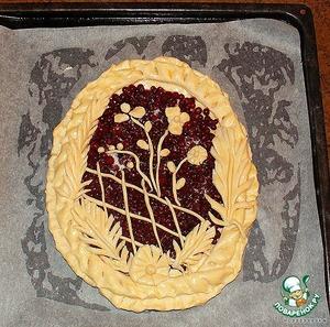 Готовый к выпечке пирог. Чем хорошо безопарное тесто: из него можно вормировать рисунок любой сложности, оно пластичное и - ГЛАВНОЕ! - не теряет форму при выпекании!