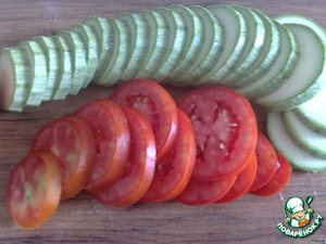 Meanwhile, clean the vegetables. Onion cut into half rings, carrot grate on terochke, zucchini and tomatoes cut into slices of 0.5 cm.
