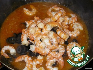 4. Add the sliced olives and shrimp. Cook 1 minute, stirring all the time.