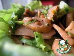 Шампы положить на сервировочную тарелку, застеленную листиком салата, или просто без листа, залить маринадом и засыпать листьями. Перемешать. Лучше есть теплым, так он вкуснее.