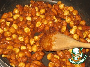 Then add 200 g of nuts, stir and fry until a light nutty flavor, and the melted sugar will completely envelop the nuts.