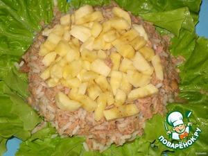 На помидоры выложить половину рыбно-рисовой смеси.   На тунец выложить порезанный банан.