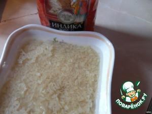 Продолговатый рис промыть, залить холодной водой. От мяса отделить  жир, затем нарезать его небольшими кубиками.