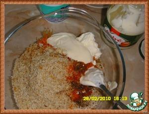 Заправить салат специями, добавить сметану и майонез.