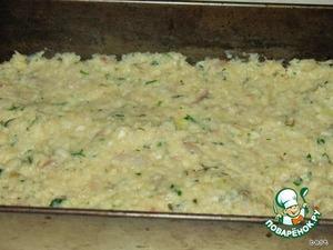 Рыбное филе перемолоть.   Мелко натереть цуккини.   Луковицу мелко нарезать и слегка поджарить с раздавленным в чесночнице чесноком.   Все остальные ингредиенты смешать и затем перемешать с рыбой, луком и цуккини.