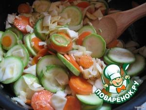 И отправляем вместе с кабачками на сковородку.   Немного присолим, чтобы овощи дали сок. Заодно немножко поперчим.