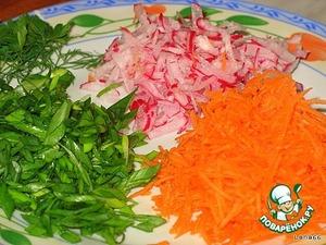 Подготовить овощи к салату. Для этого морковь и редис протереть через терку. Зеленый лук порезать наискосок.   Петрушку и укроп порвать руками.