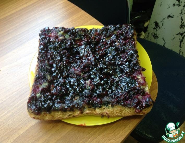 Рецепт: Перевёрнутый пирог с черной смородиной