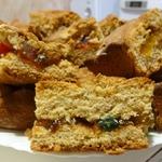 Медовый пирог с цукатами и изюмом