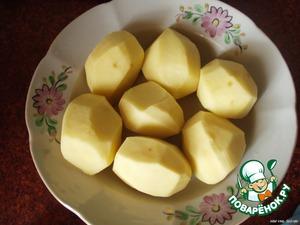 Когда мясо приварится, режем картошку и бросаем ее в суп