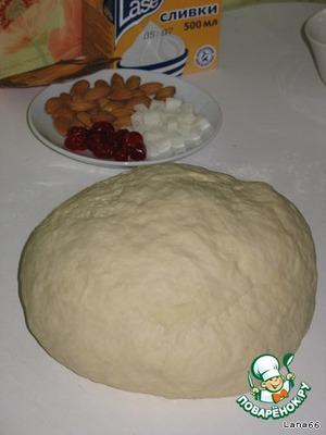 Добавьте муку и замесите тесто. Поставьте его в    теплое место на 30 мин., затем раскатайте.