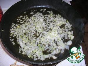 Готовим соус:   лук мелко нарезать кубиками и слегка припустить на сковороде в оставшемся после жарки масле (лук должен стать прозрачным, но не зажаристым)