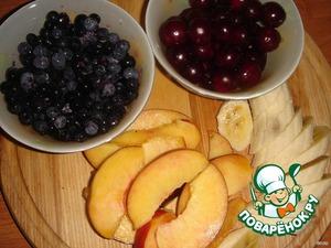 Подготовить фрукты и ягоды. Я не удаляла у вишни косточки, чтобы они не потеряли форму. Нектарин порезать дольками, банан кусочками. Чернику и голубику перебрать.
