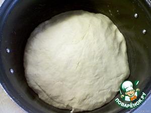 Соединить творожную смесь с молочно-дрожжевой и ввести просеянную муку.    Хорошо вымесить тесто, если нужно добавьте ещe муки. Тесто должно быть гладким и не липнуть к рукам.