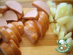 Рецепт лепешек tortilla вы можете посмотреть здесь https://www.povarenok.ru/recipes/show/31953/ Не хочется повторяться.   Готовим начинку:   Колбасу (такую, которая вам нравится на завтрак) режем на кусочки. Мелко нарезаем лук и слегка поджариваем с колбасой. Не пережаривайте, лук должен хрустеть.