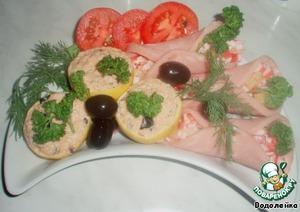 Выкладываем наши лимоны и рулетики на тарелку, украшаем зеленью, кусочками помидор, маслинами. Ну и здесь играет фантазия.