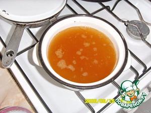 В кипящую воду положить щепочку куркумы, соль, растительное масло, засыпать рис. Отварить до готовности. Процедить.