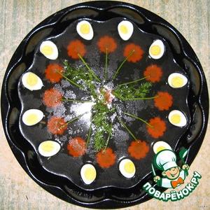 В форму на сантиметр налить подготовленный бульон с желатином. Выложить предварительно сваренные перепелиные яйца и разрезанные пополам. Порезать кружочками морковку вареную, выложить веточки укропа и поставить дв холодильник для застывания бульона.