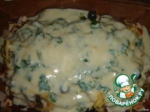 Сверху немного сыра, зелени и полить соусом.