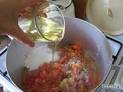 Долить масло, положить по 1 столовой ложке соли и сахара (потом может придется добавлять, это по вкусу)