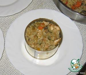 Рис выложить на тарелку цилиндриком с помошью кулинарного кольца (или хорошо помытой консервной банки)