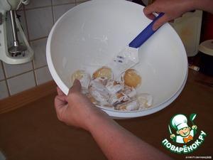 Наши пряники испеклись, вытаскиваем их из духовки, в широкую чашку (например, в которой делали тесто) выкладываем 2 ст.л. глазури, половину листа пряников и осторожно перемешиваем ложкой - глазируем пряники.