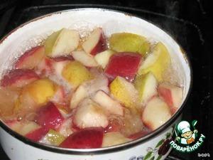 Яблоки нарезать дольками, залить вином и водой, посыпать 100 г сахара и варить 5-7 минут.