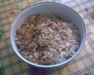 В горячую смесь гречки и лука добавить перец по вкусу и муку.