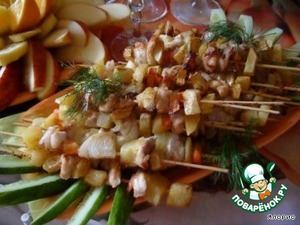 Further - a trick. The skewers should be put on dish with paper towel or napkins to soak up excess fat. Beautifully cut vegetables and fruit, pour drinks -