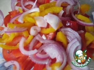 Овощи почистить, вымыть, нарезать:   помидоры - кольцами;   лук, салатный перец - полукольцами;   выложить в салатницу.