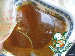 И вливаем 0,5 стакана (100г) подсолнечного масла рафинированного дезодорированного. Хорошенько всe перемешиваем и выливаем в морковку