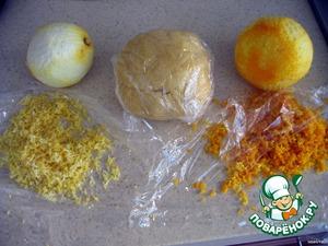 1. Тщательно перемешать просеянную муку, разрыхлитель, сахар и лимонную цедру.   2. Добавить мягкое сливочное масло, аккуратно растереть с мучной смесью. Постепенно вливать ледяную воду, пока не получится гладкое, эластичное, не липнущее к рукам тесто.   3. Сформировать шарик, обернуть пищевой пленкой и убрать в холодильник на 40 минут.   4. Раскатать тесто, переложить его в круглую форму, обрезать ножницами края. Слегка приклеить (посильнее прижать пальцами) края теста к краю формы, чтобы тесто не сжалось по краям при выпекании.