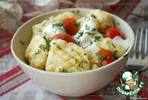 Можно подать с помидорами-черри, сметаной и зеленью.