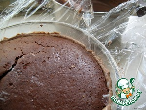 A chocolate cake should be cut to approximately the diameter 12-14 cm, the second will be the basis and should be equal Diametro edge round the Cup. If more – need to align.  To impregnate with syrup. A smaller cake to put in the Cup for the mousse, lightly press, to spread the remaining mousse, cover with a large cake, lightly press