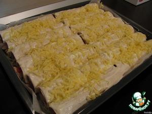 Сверху буритосы тщательно промазываем майонезом (иначе лепешка очень быстро высохнет и подгорит) и посыпаем оставшимся сыром.   Готовить в духовке 30 мин при температуре 160-180 градусов.