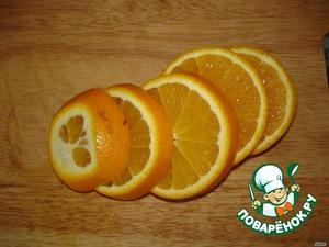 Апельсины порезать дольками.