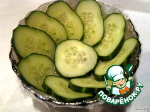 Make a pickle basket. Inside the bowl covered with cling film, cucumber cut into rings, as thin as possible, lay out in a salad bowl.