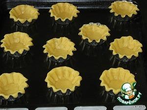 Заполним промазанные маслом формочки песочным тестом.    Выпекать основу для пирожных при температуре 180*С в течение 5-7 минут.