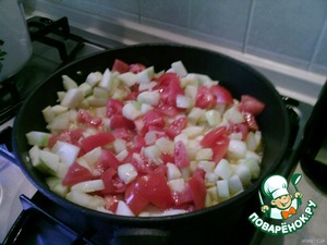 When protushitsya a bit (10-15 min), add small chopped tomatoes and grated garlic and simmer for another 15 minutes.